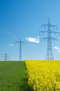 Stromleitung, strommast, Energiewende, Rapsfeld, biostrom, ökostrom, Hochspannungsleitung, raps, netzausbau, stromnetz, elektrosmog, fernübertragung, erneuerbare energien, überlandleitung, infrastruktur, stromversorgung, eeg, energieversorgung, atomstrom, stromtrasse, kernenergie, Stromerzeugung,